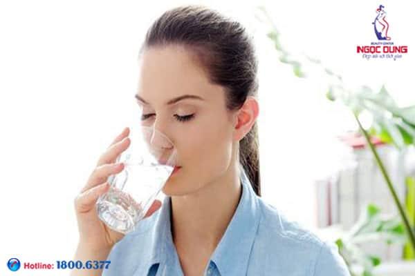 Thiếu nước cũng dẫn đến thâm quầng mắt