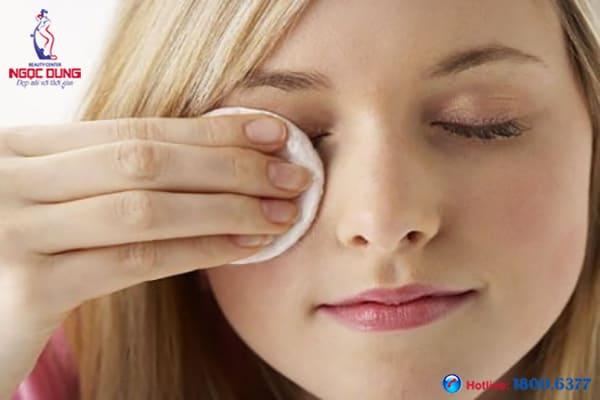 Trị thâm quầng mắt bằng muối thế nào