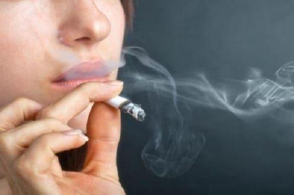 Hút thuốc lá làm thâm môi