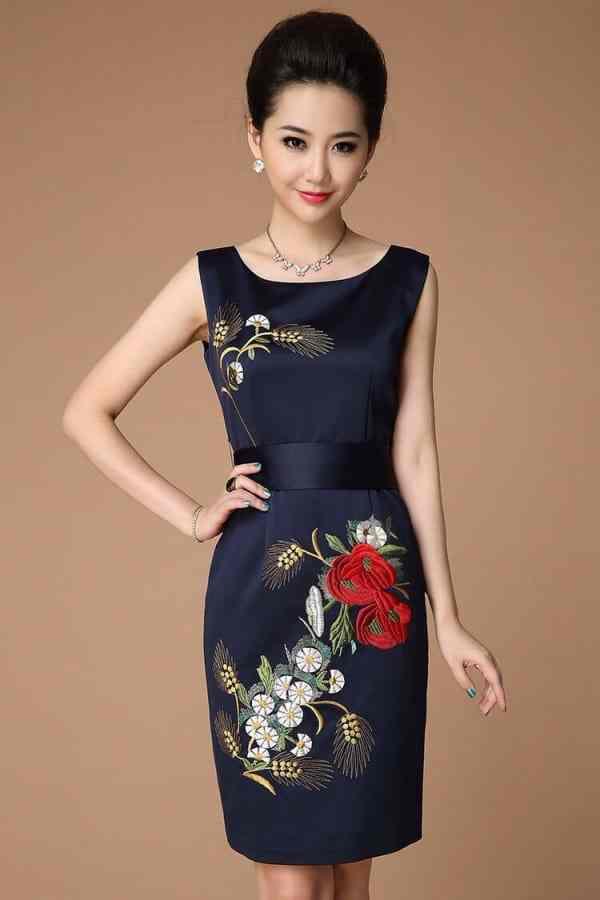đầm tối màu giúp tôn lên sự nữ tính và che đi khuyết điểm của người phụ nữ trung niên