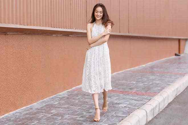 mix đồ cho nữ 18 đến 24 với váy ren trắng để đơn giản và nổi bậc