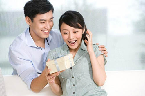 Tại sao: Thường tặng quà cho vợ, đàn ông sẽ thành công, may mắn trong công việc?