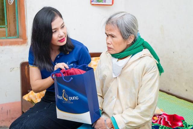 Việt Trinh gửi quà đến người lớn tuổi kèm các lời thăm hỏi
