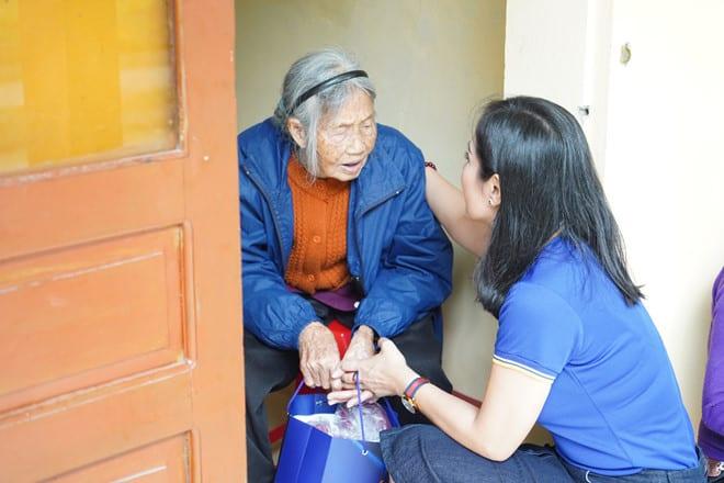 Việt Trinh gửi tặng những chiếc áo ấm đến cá cụ