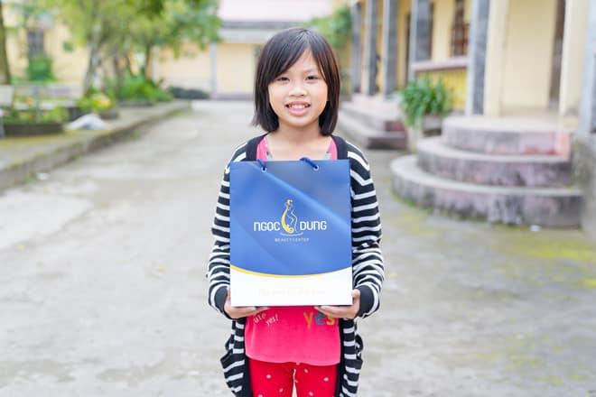 Tmv Ngọc Dung tặng những món quà ý nghĩa đến trẻ em trung tâm bảo trợ