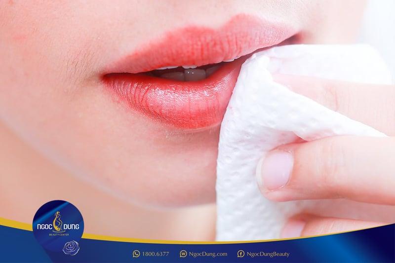 Dưỡng môi giảm thâm tại nhà
