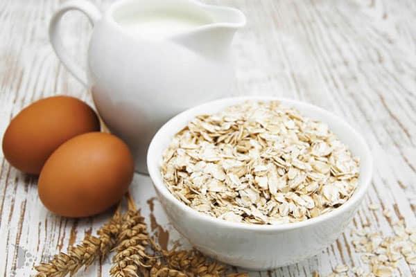 Yến mạch và trứng gà trị mụn đầu đen